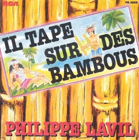 - Il tape sur des bambous